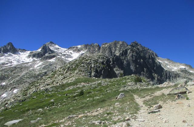 ピレネー山脈の名ピークに迫る縦...